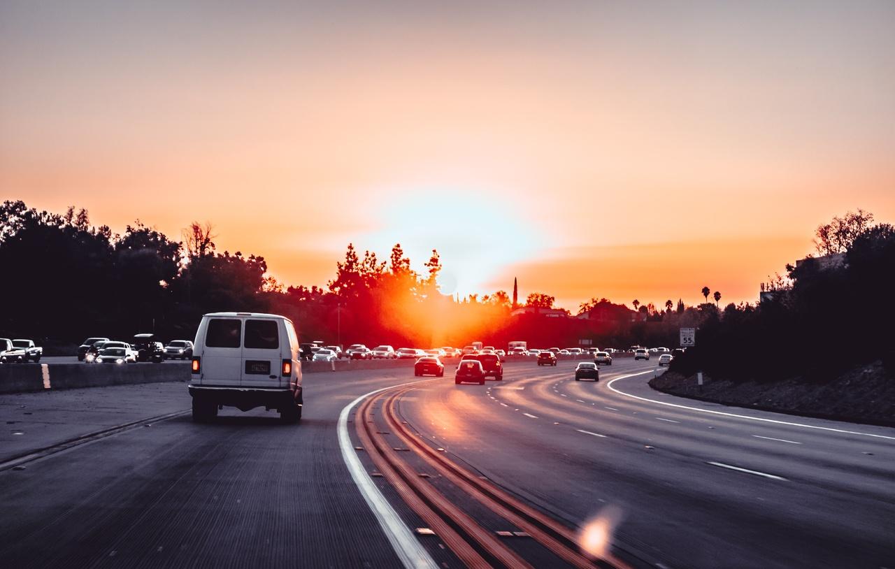 carros em movimento em rodovia