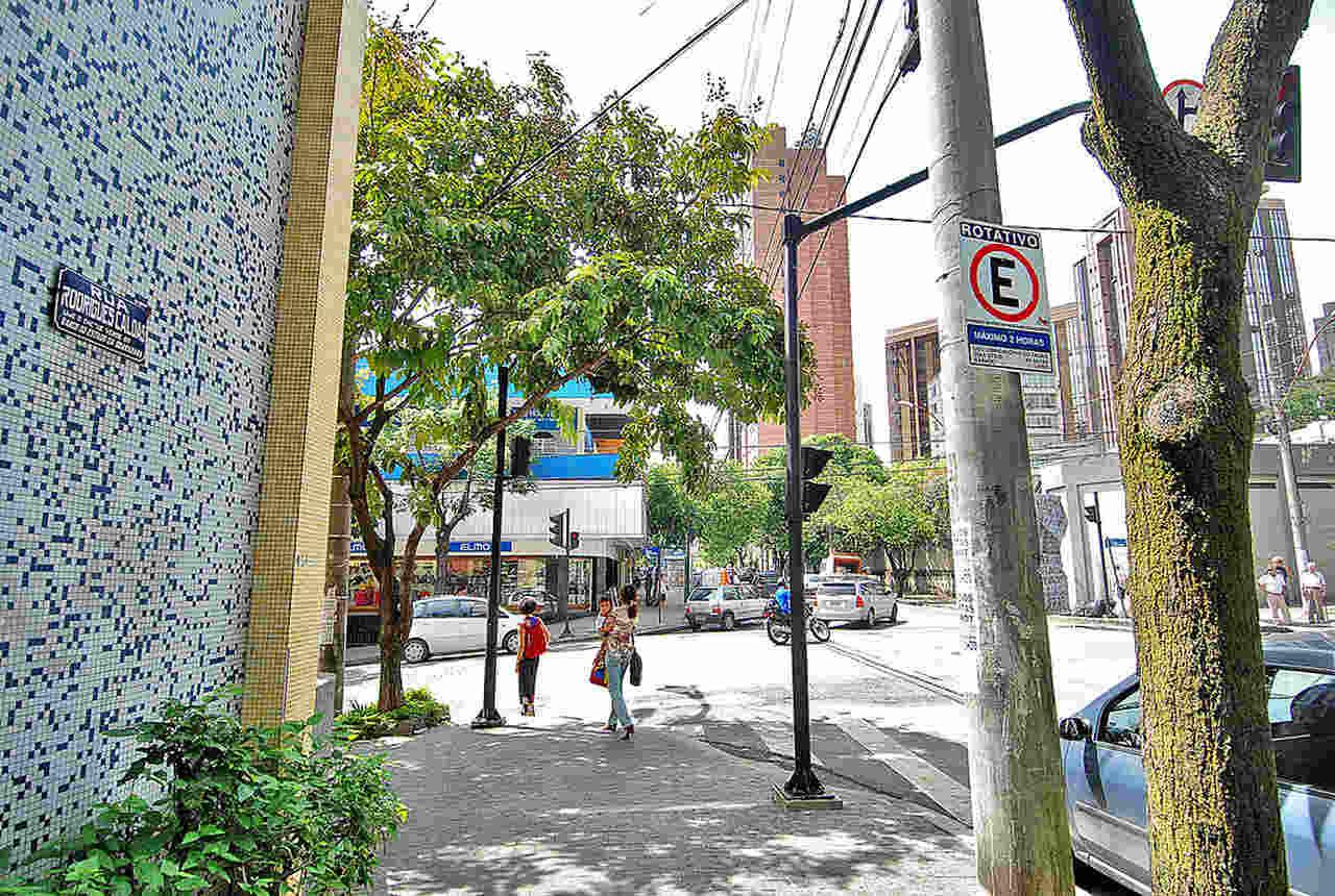 placa de estacionamento zona azul no centro da cidade