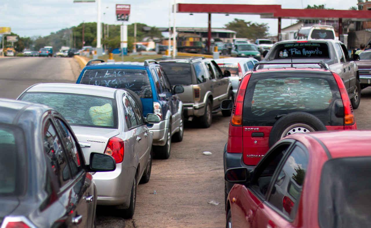 fila de carros para abastecer no posto de combustível