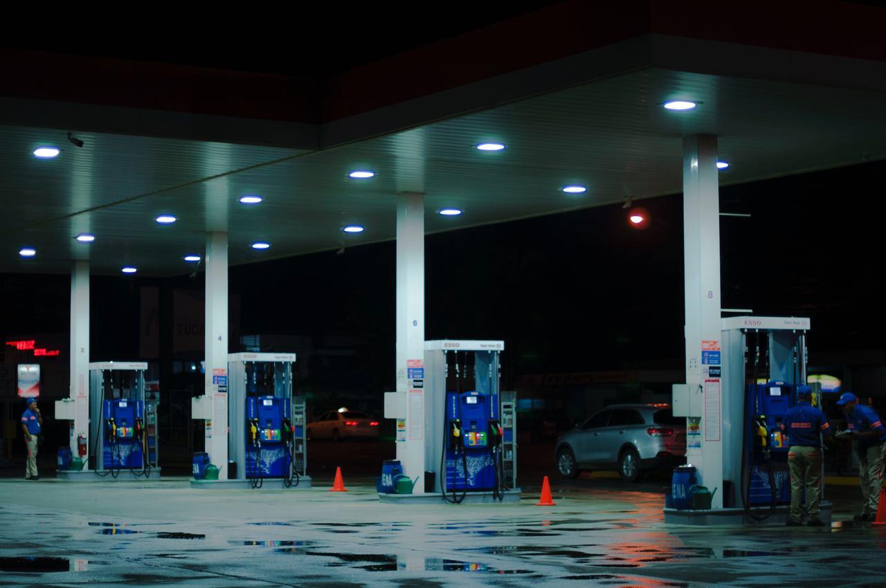 posto de combustível a noite