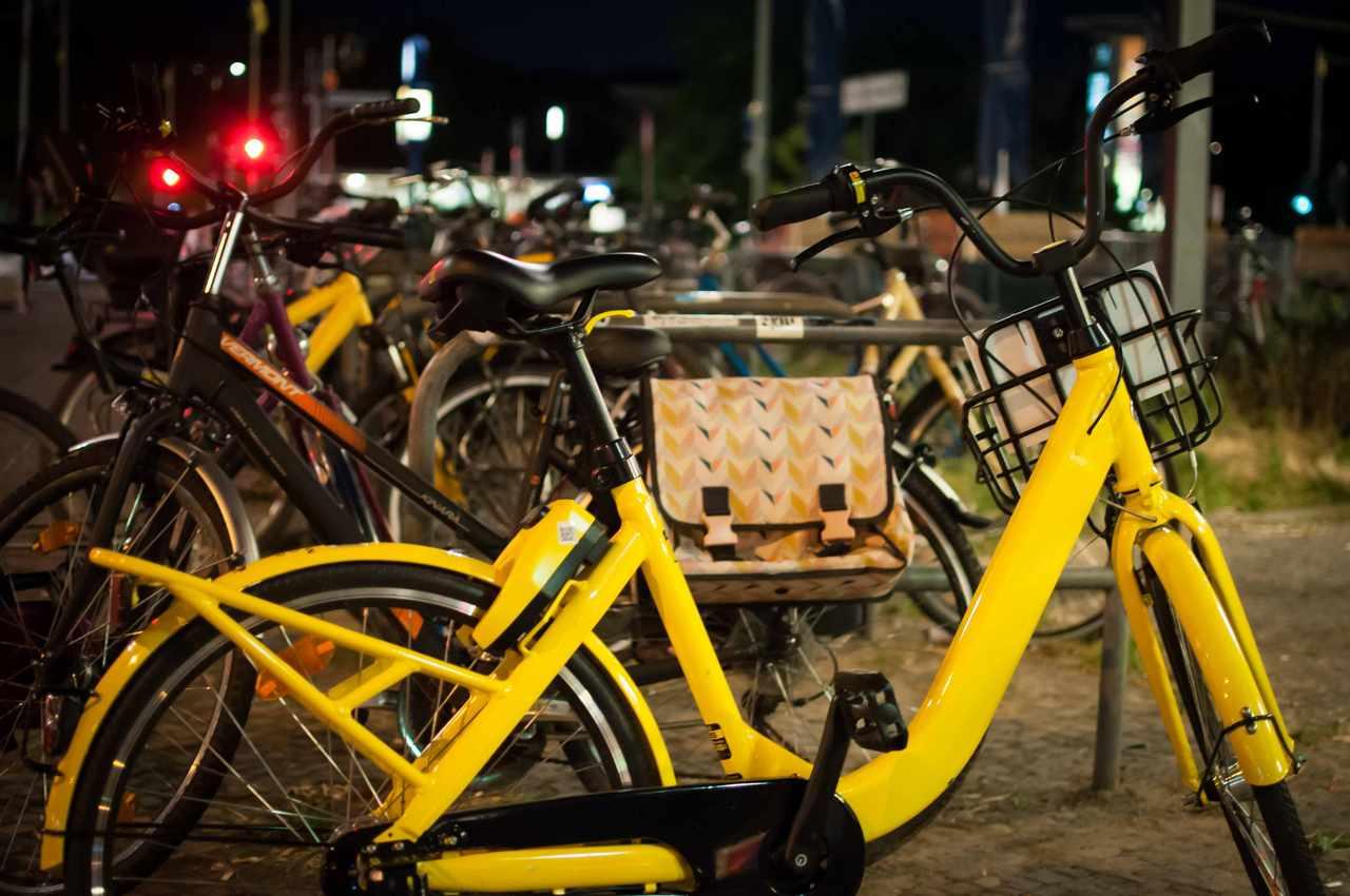 bicicleta amarela yellow estacionada