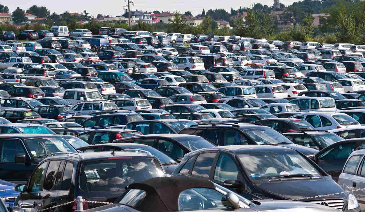 patio com centenas de carros estacionados