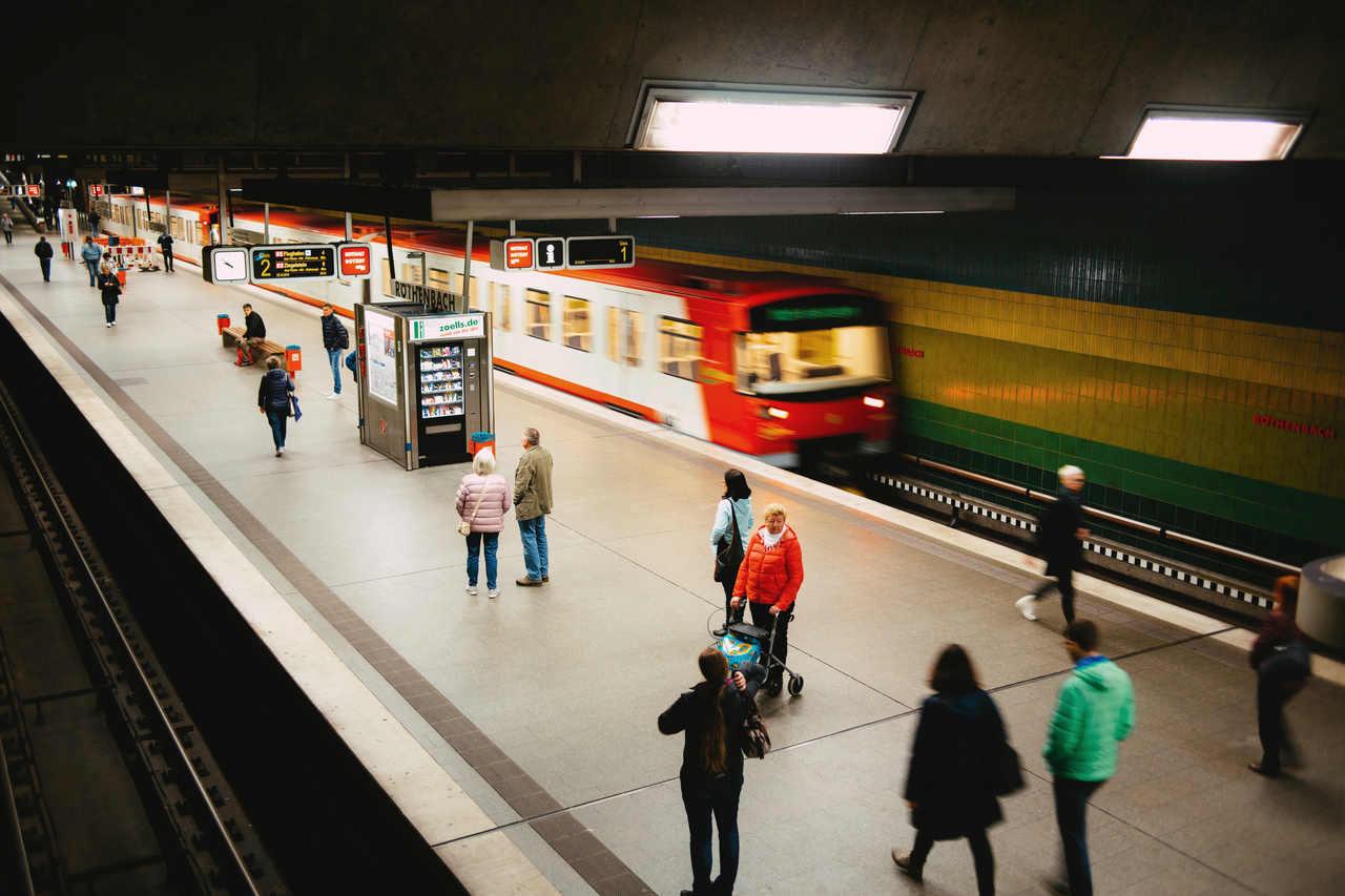 pessoas em estação de metro na europa