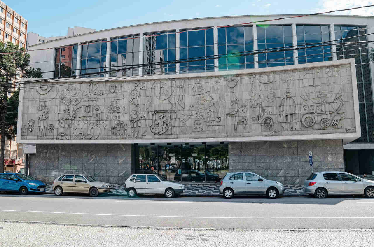 carros estacionados no teatro guaira curitiba parana