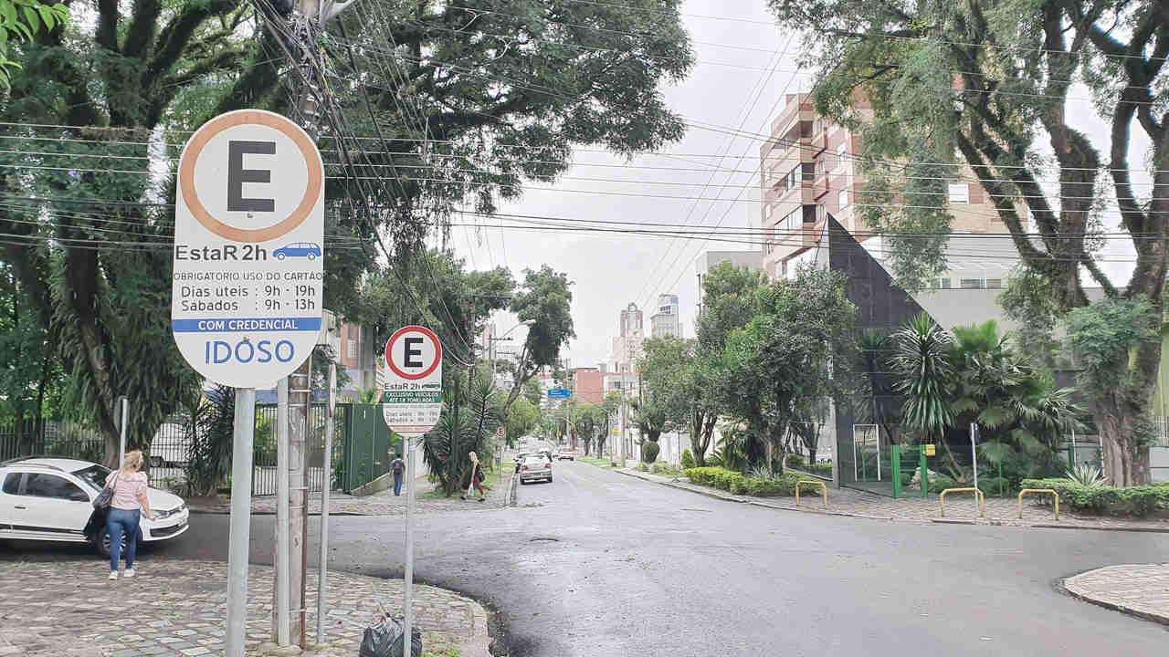 rua em curitiba com placa do estar curitiba estacionamento regulamentado