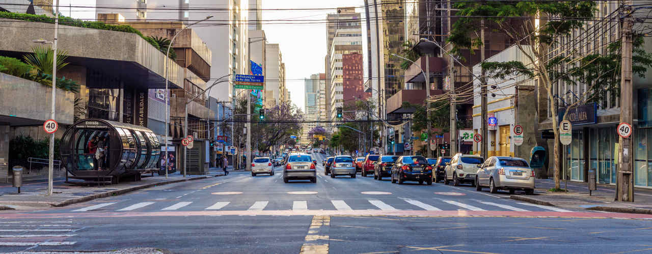 Rua marechal deodoro Curitiba transito carros pessoas comercio