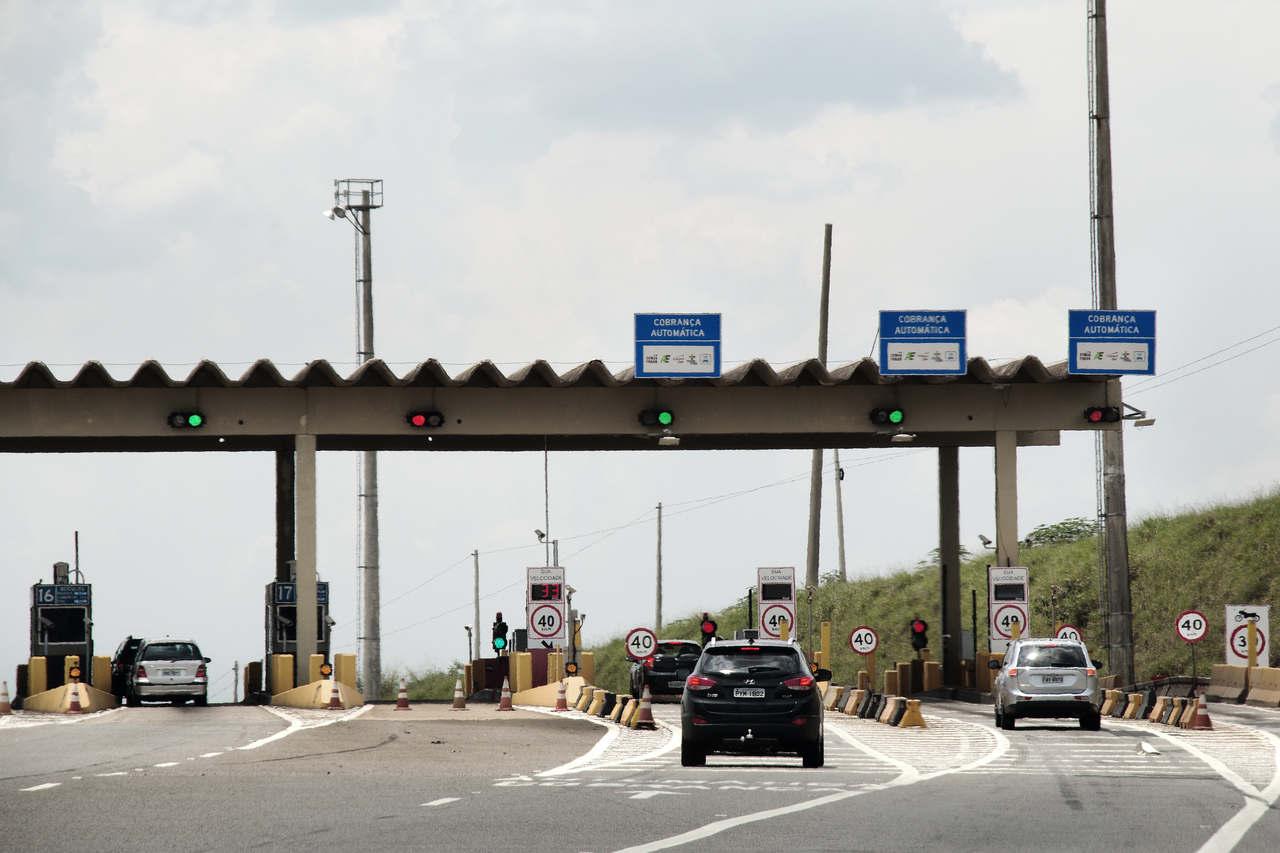 carros passando pela cancela de cobrança automática do pedágio em estrada no Brasil