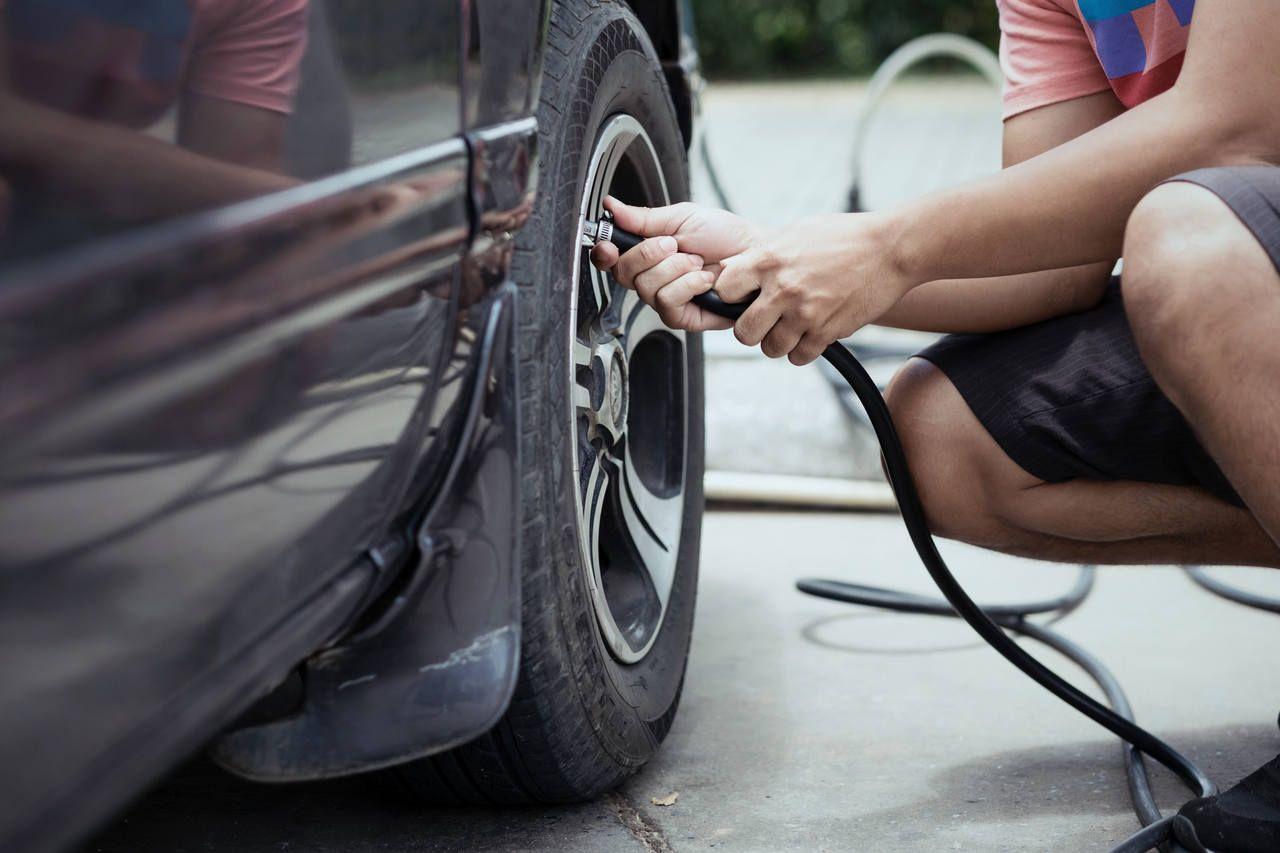 homem calibra pneus