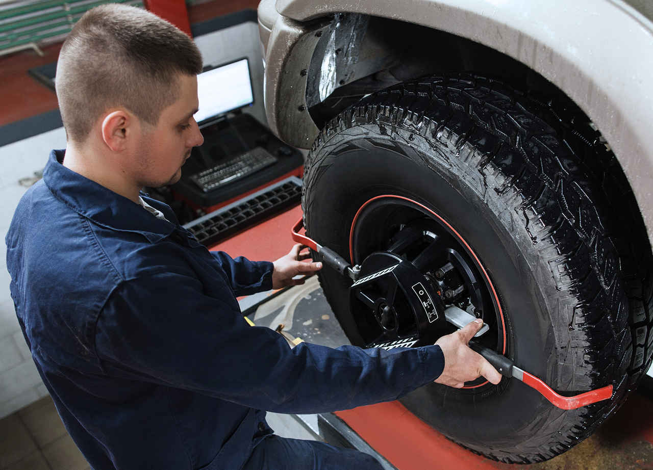 mecânico alinhamento e balanceamento dos pneus do carro