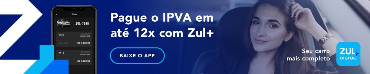 mulher sorrindo no carro com a tela do app de pagamento de ipva
